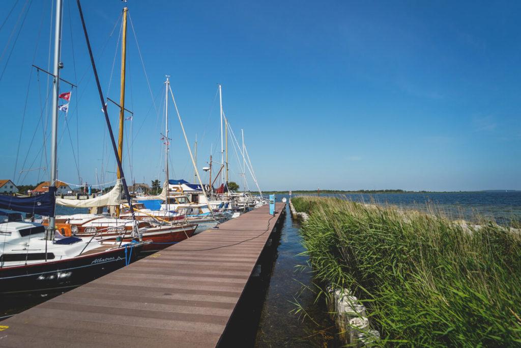 Insel-Hiddensee-Neuendorf-Hafen-Boote