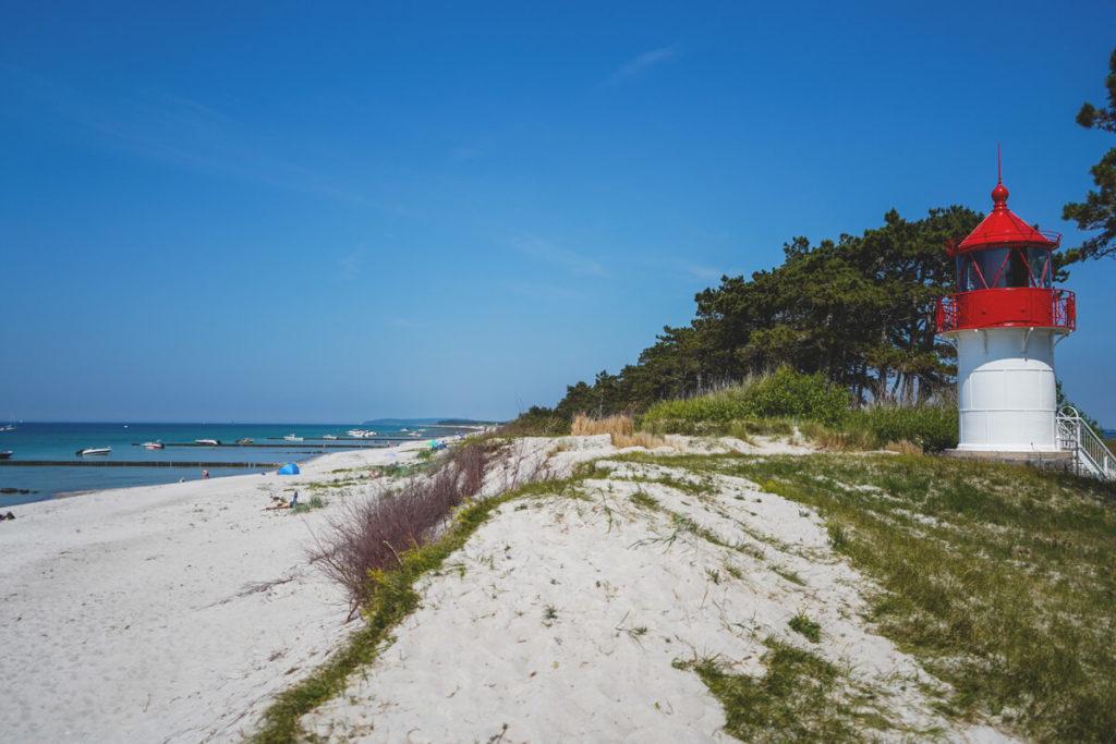 Insel-Hiddensee-Strand-Leuchtturm-Gellen