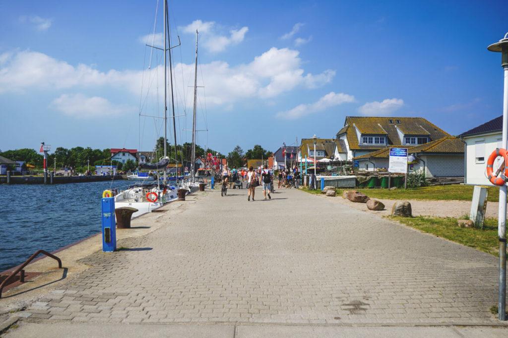 Insel-Hiddensee-Vitte-Hafen-Ankunft-Faehre