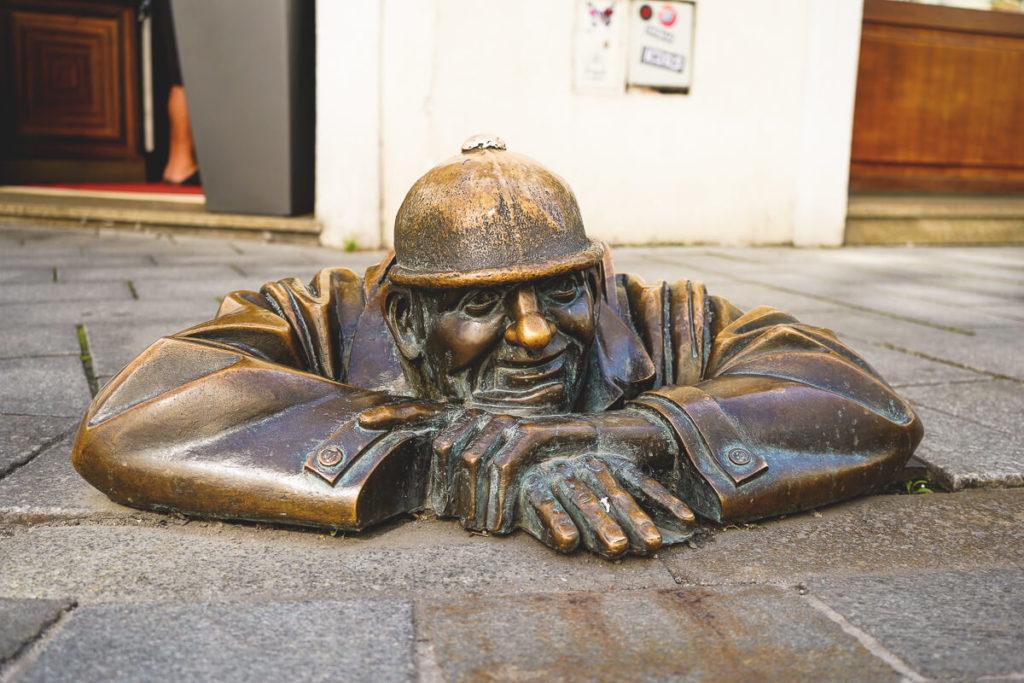 Bratislava-Sehenswuerdigkeiten-Bronzestatuen-Altstadt
