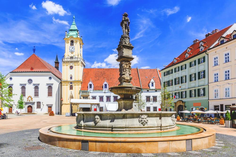 Bratislava-Sehenswuerdigkeiten-Hauptplatz-Altstadt.Brunnen