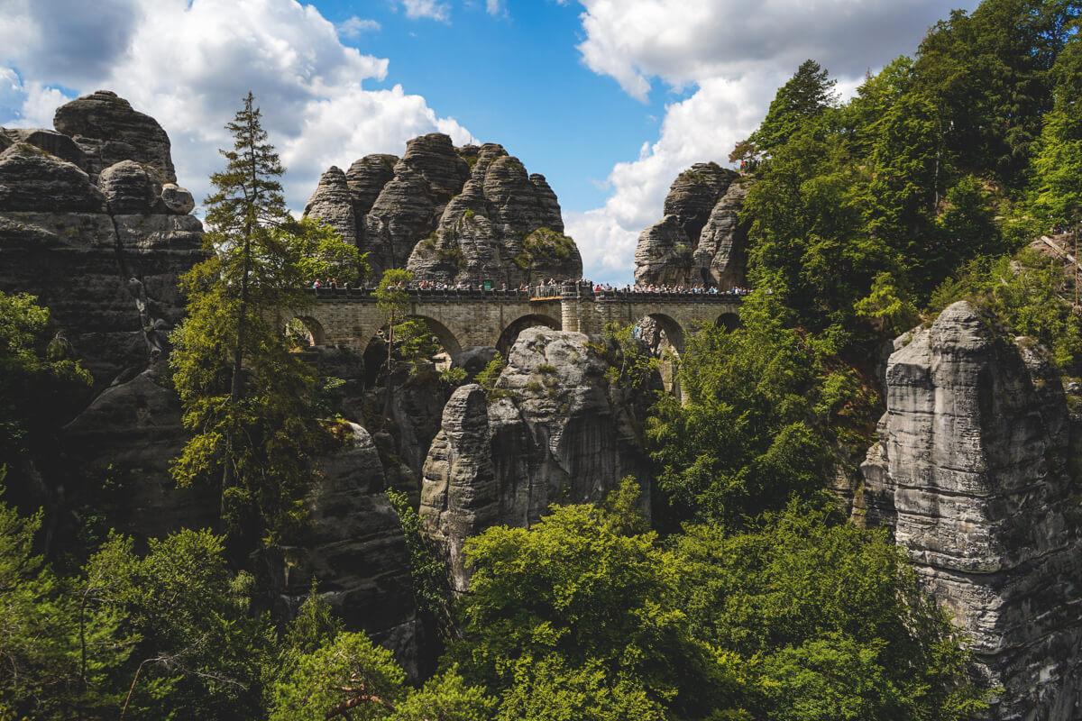 Saechsische-Schweiz-Bastei-Basteibruecke-Aussicht