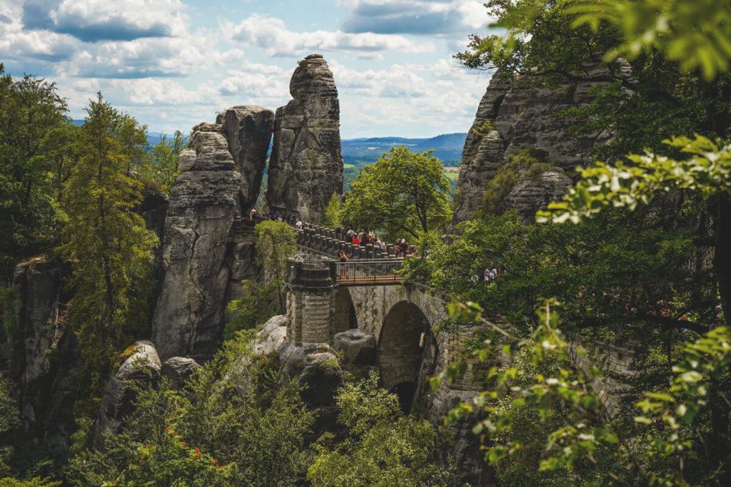 Saechsische-Schweiz-Basteibruecke-Aussichtspunkt