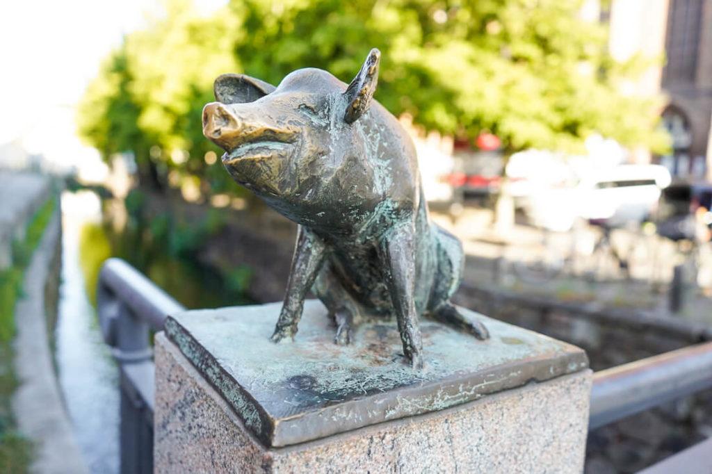 Wismar Sehenswürdigkeiten Schweinsbrücke Statue