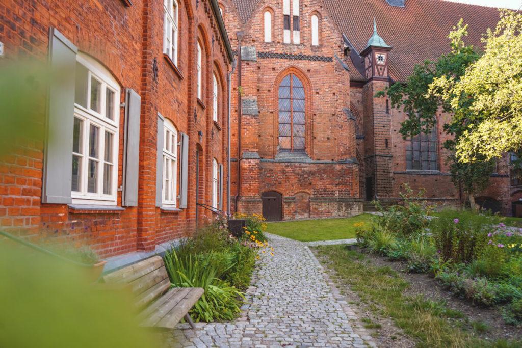 Wismar-Kirche-Heiligen-Geist-Innenhof-3