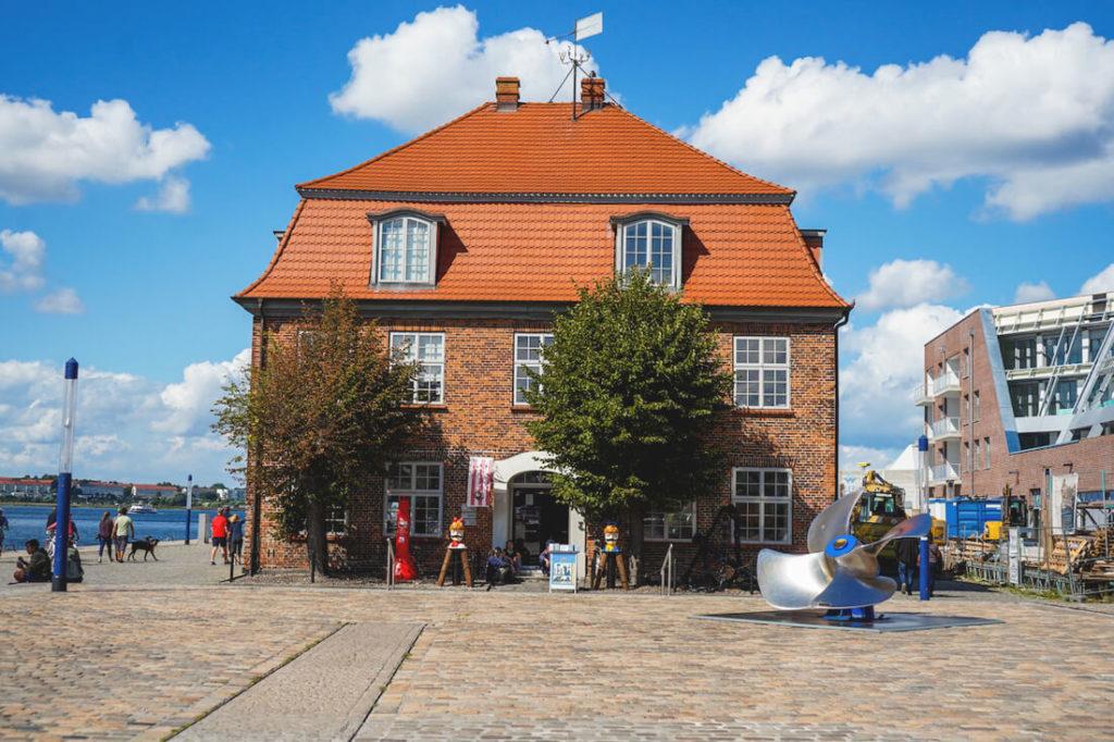 Wismar-Sehenswuerdigkeiten-Alter-Hafen-Baumhaus