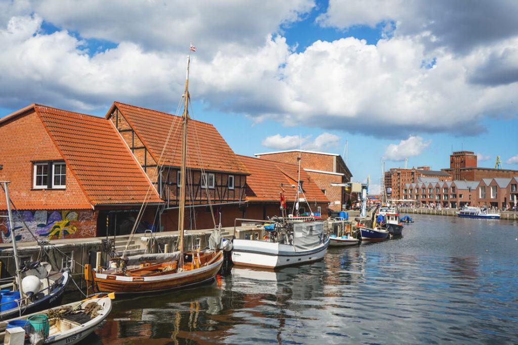 Wismar-Sehenswuerdigkeiten-Alter-Hafen-Boote