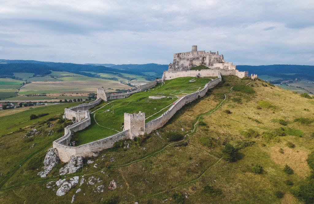 Slowakei-Sehenswuerdigkeiten-Burg-Beckov-Drohne