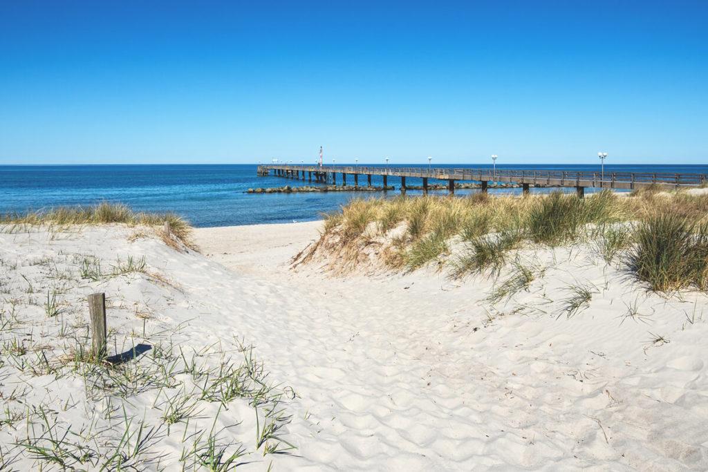 Fischland-Darß-Zingst Strand von Wustrow mit Seebrücke