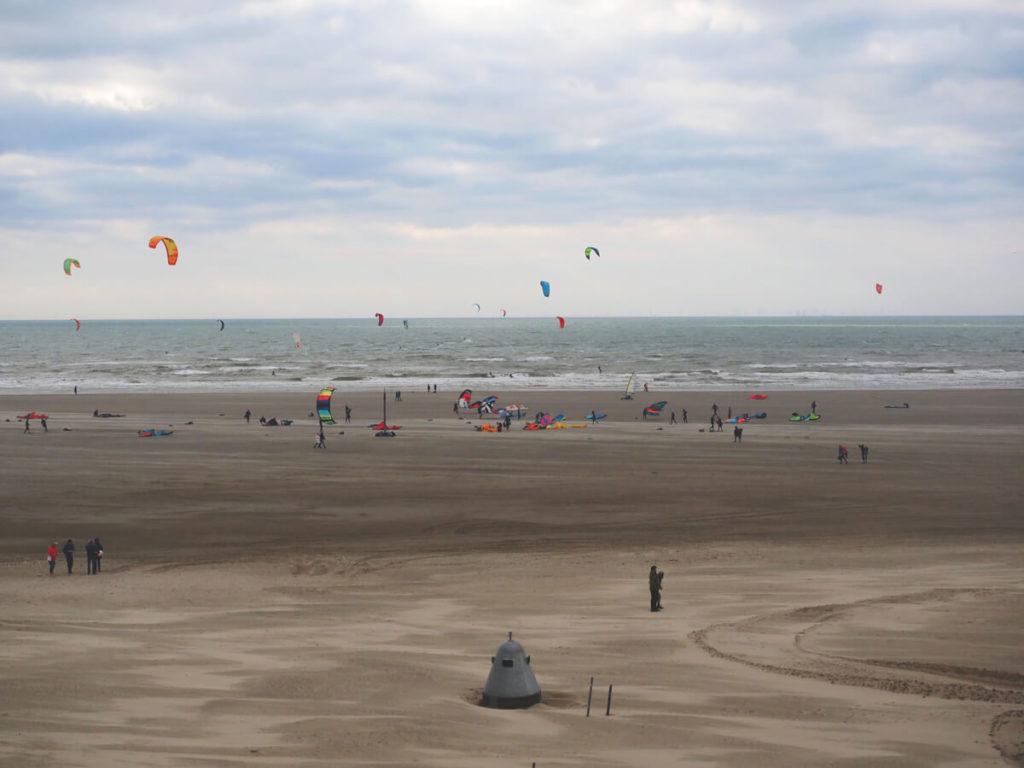 Holland-Strand-IJmuiden-mit-Surfern-und-Blokarts