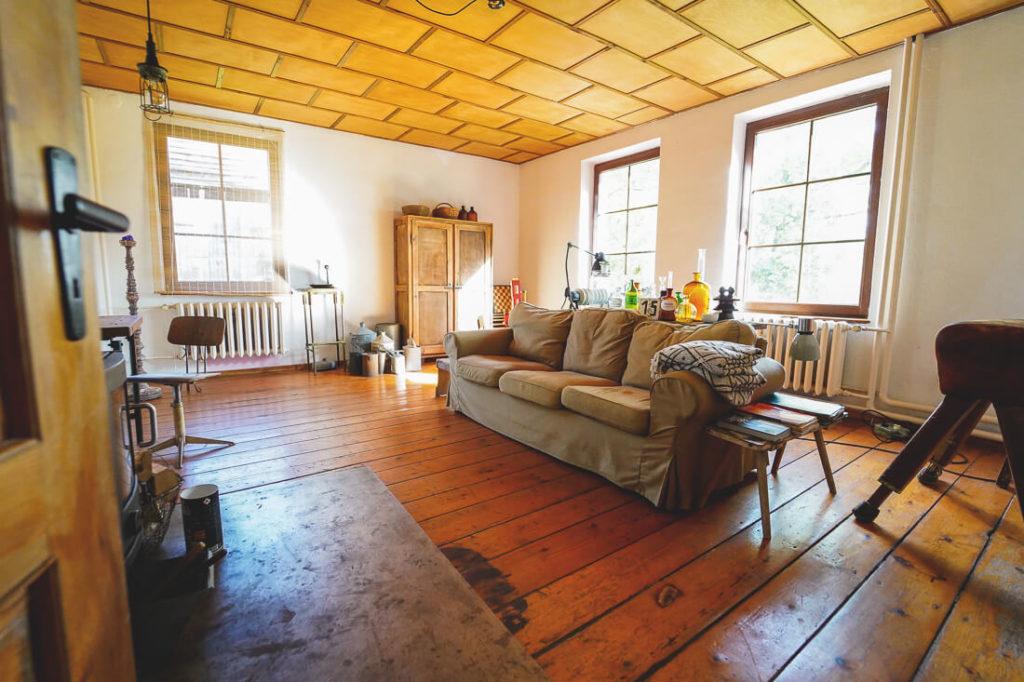 aussergewoehnliche-unterkunft-mecklenburg-vorpommern-wohnzimmer-pfarrhaus