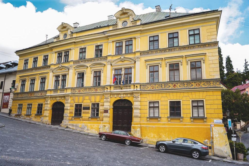 Banska-Stiavnica-Schemnitz-Gelbes-Wohnhaus