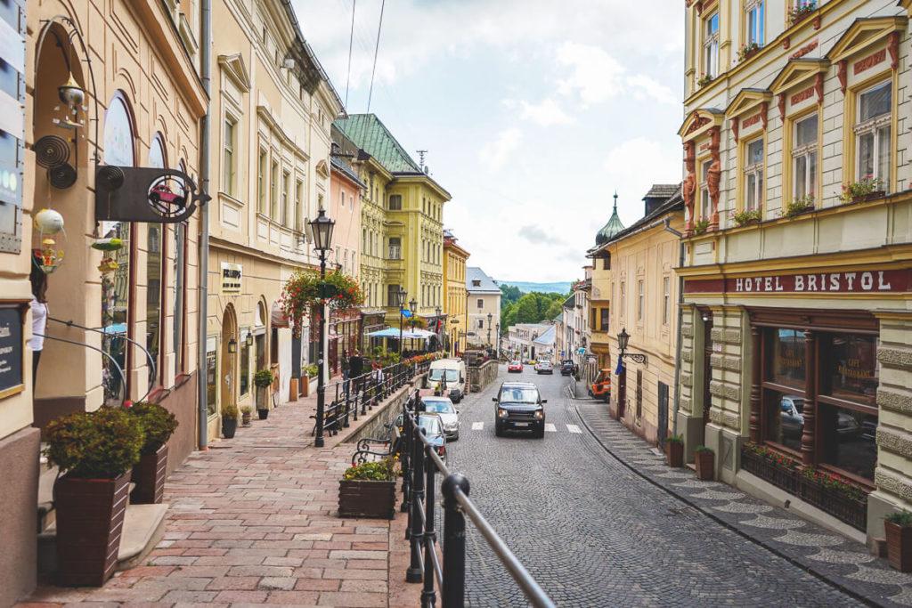 Banska-Stiavnica-Strasse-Bummeln-Shoppen