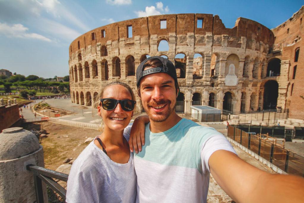 Rom-Sehenswuerdigkeiten-Kolosseum-Aussenansicht-Selfie