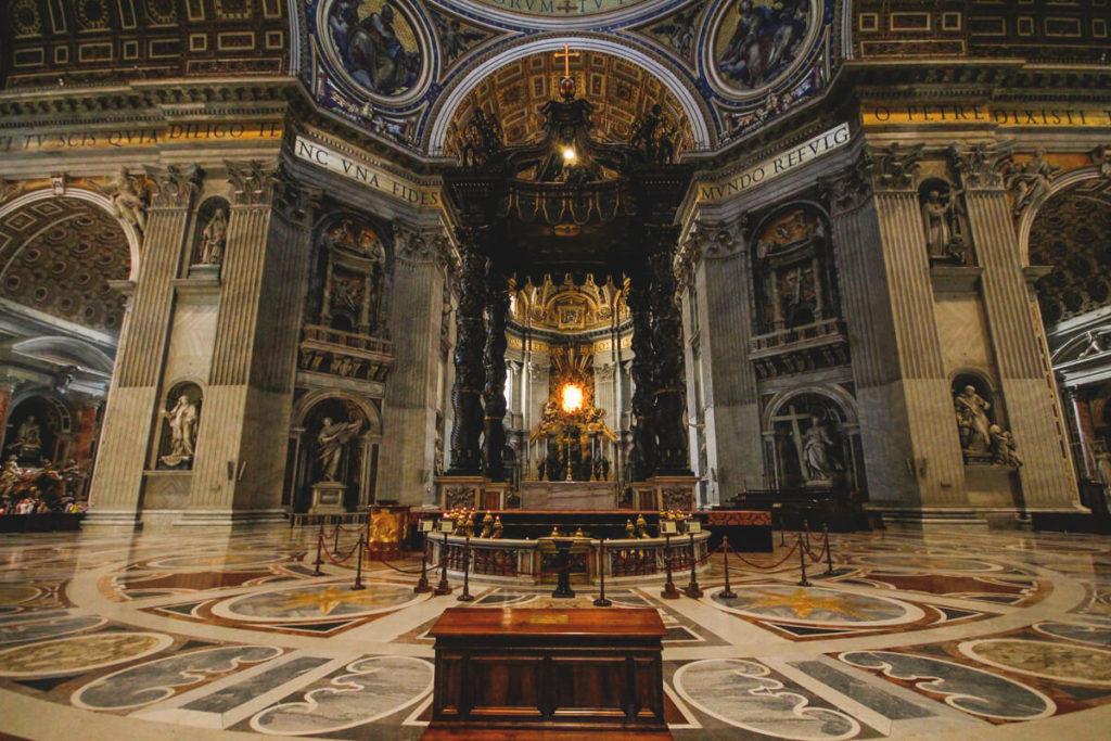 Rom-Sehenswuerdigkeiten-Petersdom-Innenansicht