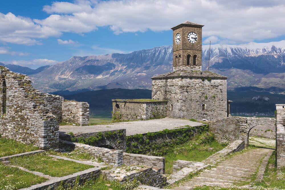 Burg-Gjirokastra-Turm-Berge
