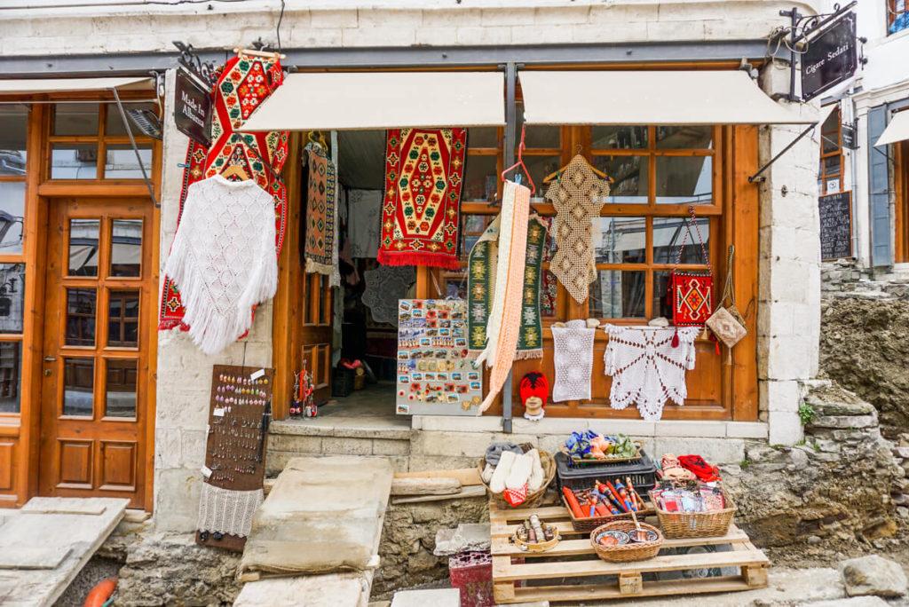 Gjirokastra-Albanien-Altstadt-Souvenirs