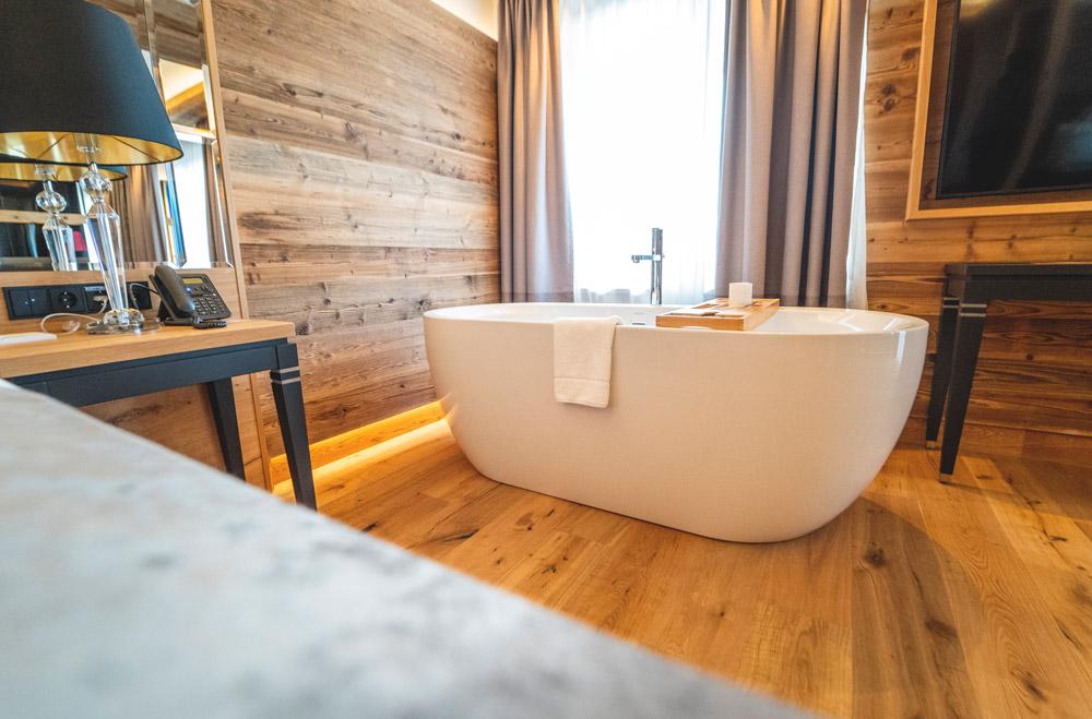 Ortners-Resort-freistehende-Badewanne-Suite