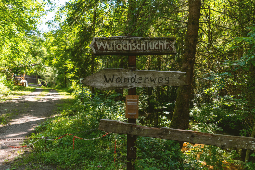 Wanderweg-Wutachschlucht-Wegweiser-Schild