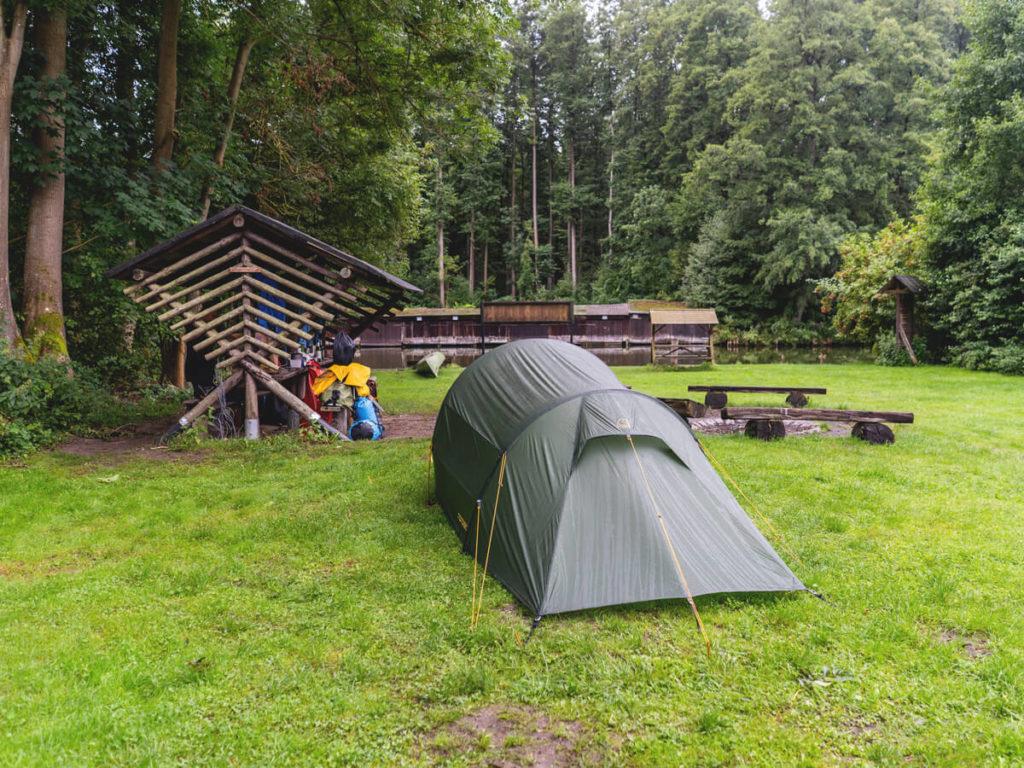 Biwakplatz-Steinfoerde-Zelt-Wasserwanderung