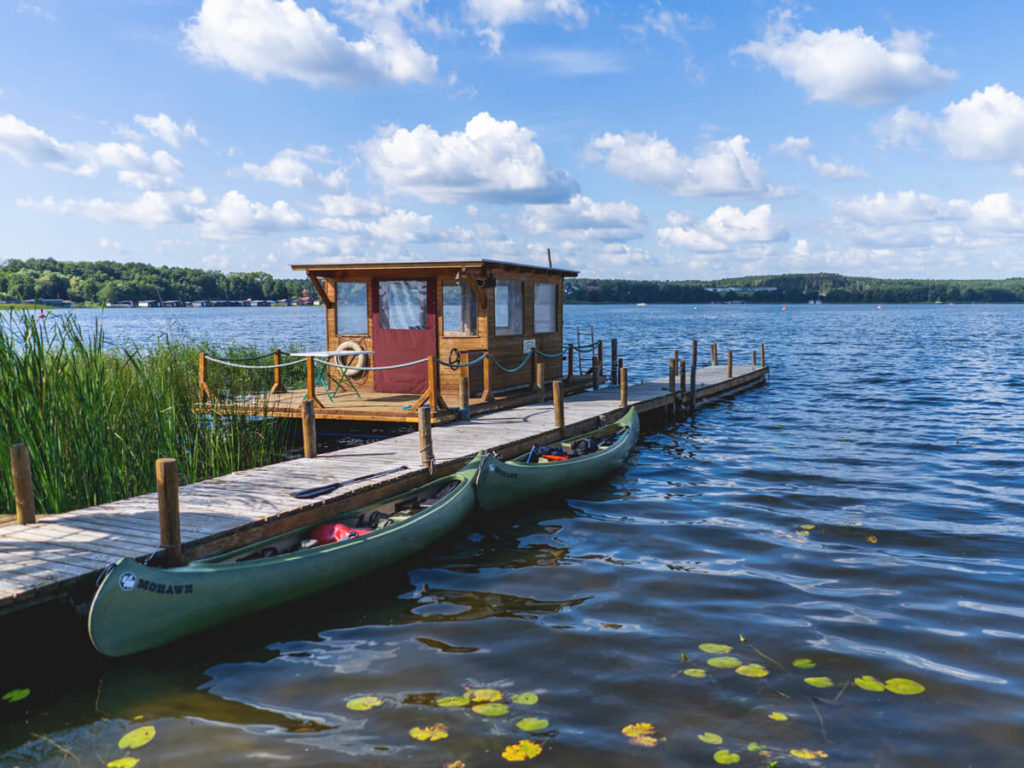 Cafe-am-Woblitzsee-Steg-Boote