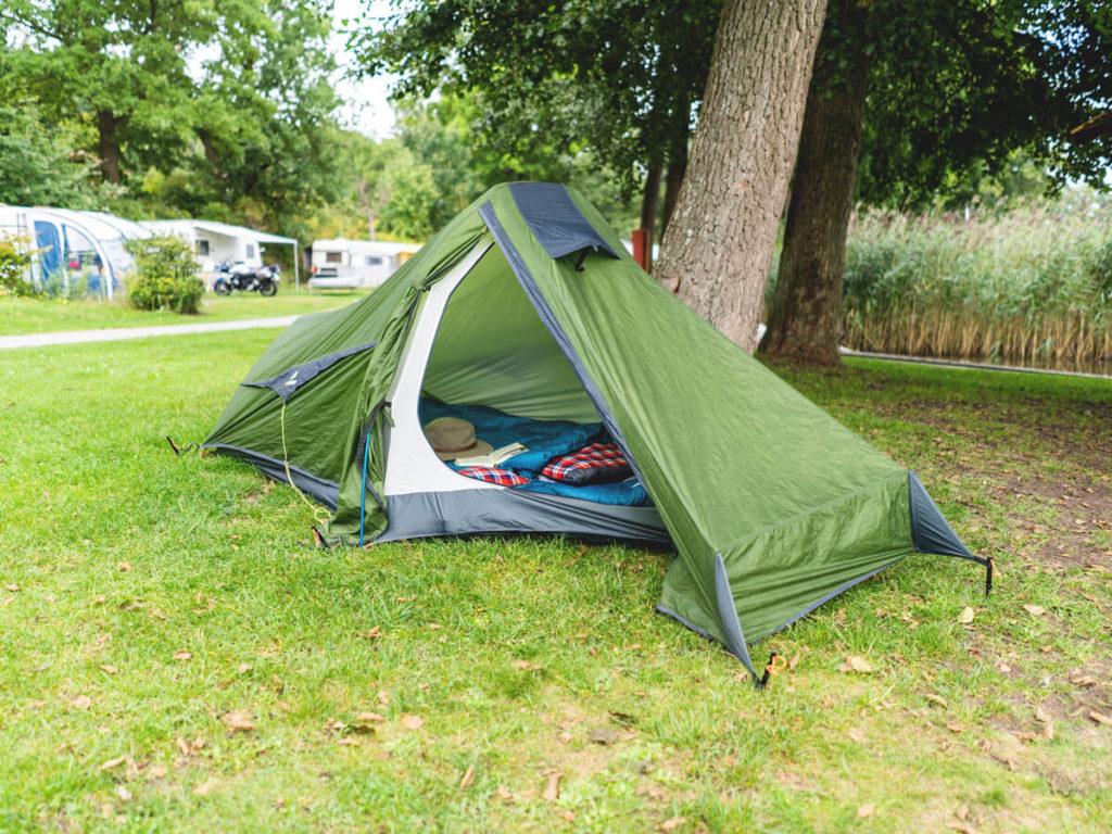 Campingplatz-Zwenzower-Ufer-Zelt-aufbauen